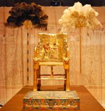 Trono de Tutankhamon con escabel.