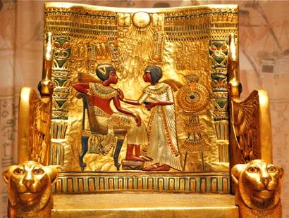 Detalle del trono de Tutankhamon. Escena de la pareja real que recibe los rayos vivificantes del disco solar Atón.