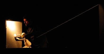 Una escena de Hilo, de la obra Solo de Walter Broggini. Fotografía de Fran Simó.