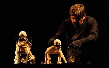 Una escena de La condena inevitable, de la obra Solo de Walter Broggini. Fotografía de Fran Simó.