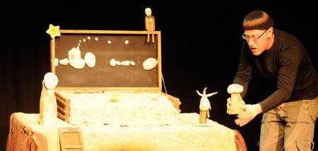 Escena del espectáculo Pedra a Pedra de la Cía. Teatre de l'Home Dibuixat. Fotografía de Fran Simó.
